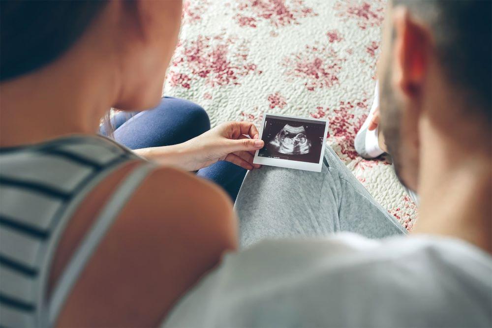 parents-looking-at-sonogram