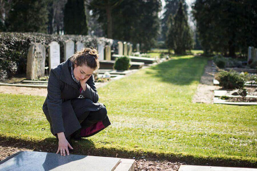 grieving-woman-at-grave